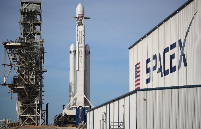 SpaceX выиграла контракт на отправку груза НАСА на Луну в 2023 году