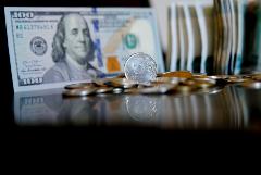 Рубль относительно стабилен к доллару и евро на старте торгов