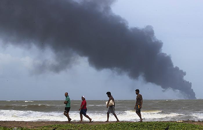 Индия отправила помощь судну с кислотой, шестой день горящему у Шри-Ланки