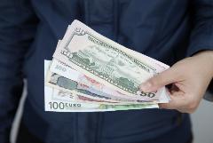 Рубль незначительно изменился к доллару и евро в ожидании новых триггеров