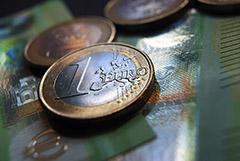 Евро опустился ниже 89 руб. впервые с 1 апреля