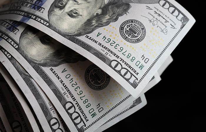 Доллар впервые с 7 мая опустился ниже 73 рублей