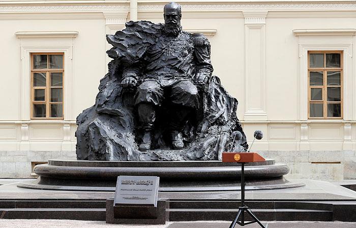 Скульпторы исправили ошибку на открытом в Гатчине памятнике Александру III