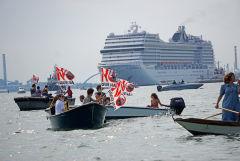 Жители Венеции вышли на протесты против круизных лайнеров