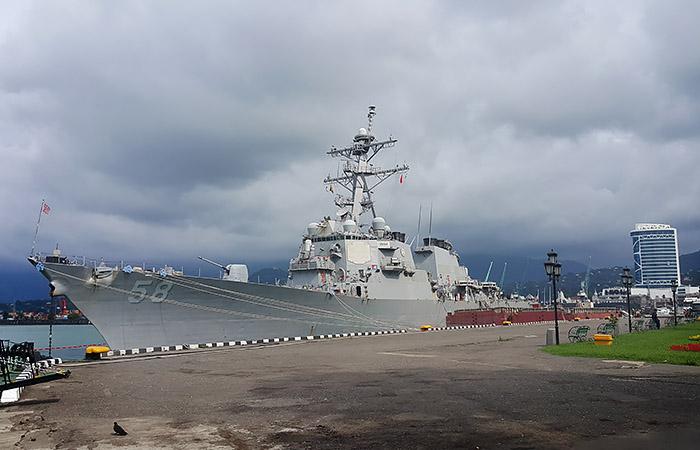 """Ракетный эсминец ВМС США """"Лабун"""" вошел в Черное море"""