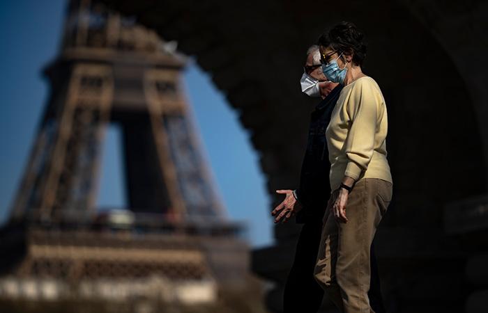 Франция смягчит масочный режим и отменит комендантский час