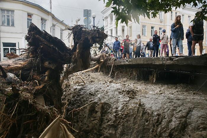 На помощь затопленному Крыму направлены 1,5 тыс. военных