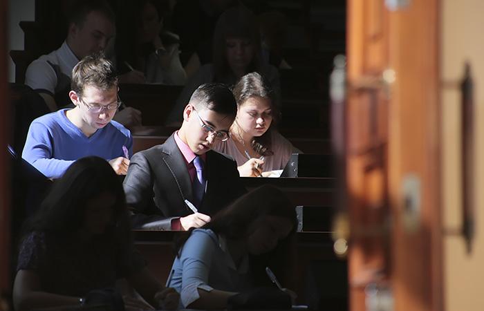 Минобрнауки РФ подумает о допуске к очным занятиям только привитых студентов