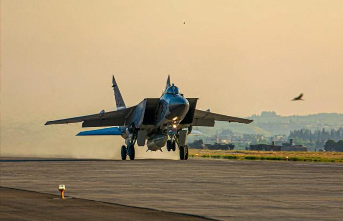 Два МиГ-31К пролетели над Средиземным морем, где находится британский авианосец