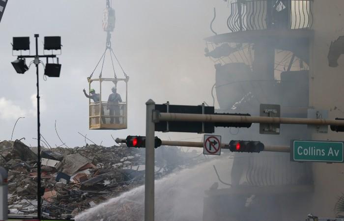 Работу спасателей на месте обрушения дома во Флориде осложнил пожар