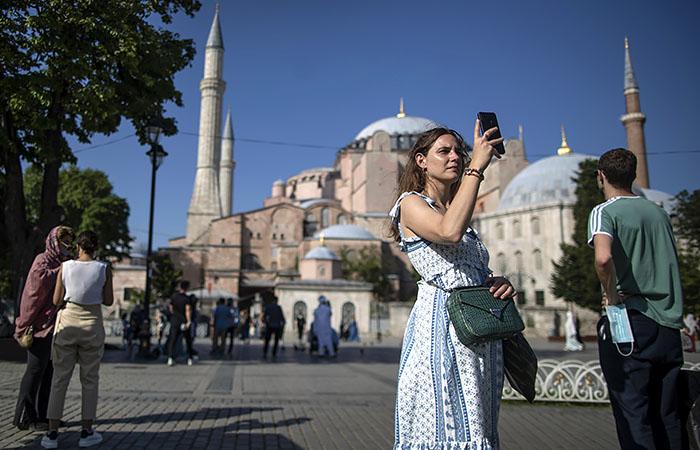 В Турцию пустят туристов из РФ, привитых любой из российских вакцин