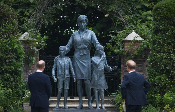 В саду Кенсингтонского дворца открыли памятник принцессе Диане
