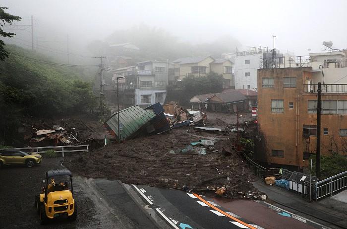 После схода оползня в Японии пропали 20 человек