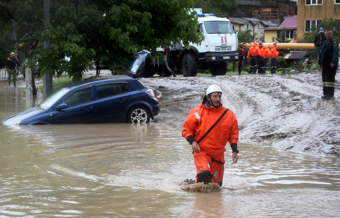 Стихия в Сочи разрушила дороги и пляжи
