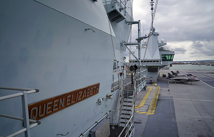 Британский авианосец покинул Кипр и направился к Суэцкому каналу