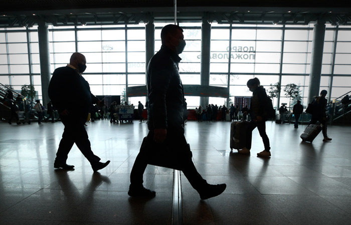 Россиян без прививки и антител, вернувшихся из-за границы, обяжут в течение 3 дней сдать ПЦР-тест