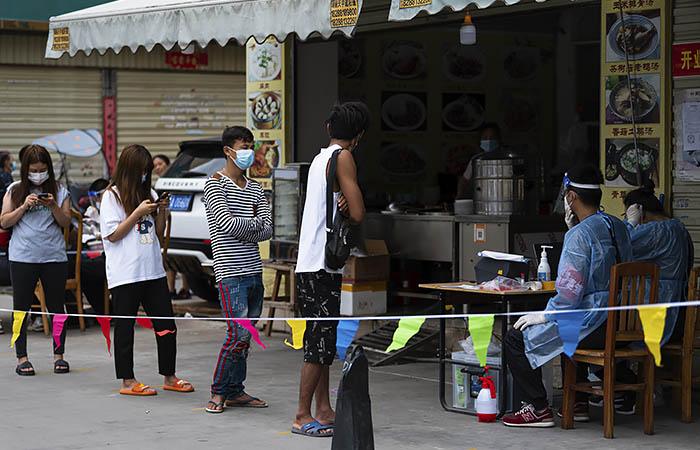 В городе на юге Китая ввели локдаун из-за роста числа случаев COVID-19