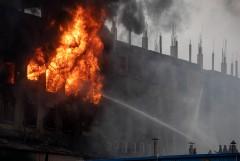 В Бангладеш арестовали руководство фабрики после гибели 52 человек при пожаре