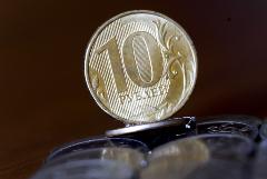 Рубль утром 12 июля почти не меняется к доллару и евро