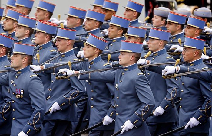 Военный парад в Париже начался с предложения руки и сердца