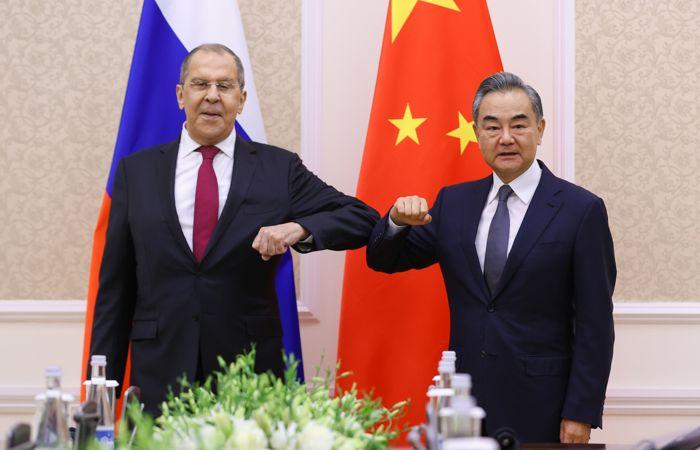 """Глава МИД КНР призвал РФ вместе бороться с коронавирусом и """"политическими вирусами"""""""