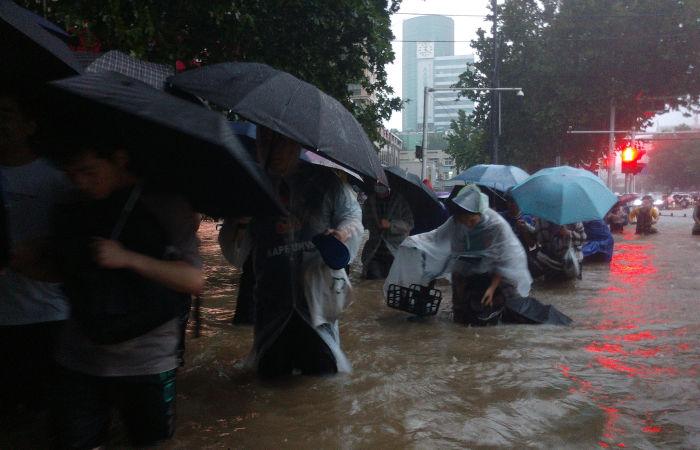 Тысячи людей эвакуировали из-за наводнений в Китае