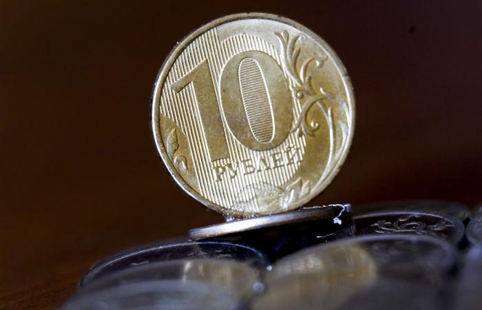 Рубль в среду незначительно снижается к доллару и евро на фоне дешевеющей нефти