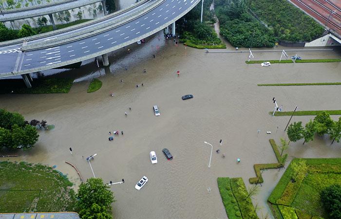 Число жертв наводнения в Китае выросло до 13