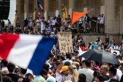 Столкновения противников COVID-мер с полицией начались в Париже и Лионе