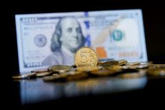 Рубль на старте торгов во вторник незначительно меняется к доллару и евро