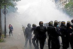 В Париже на акции против санитарных паспортов применили слезоточивый газ