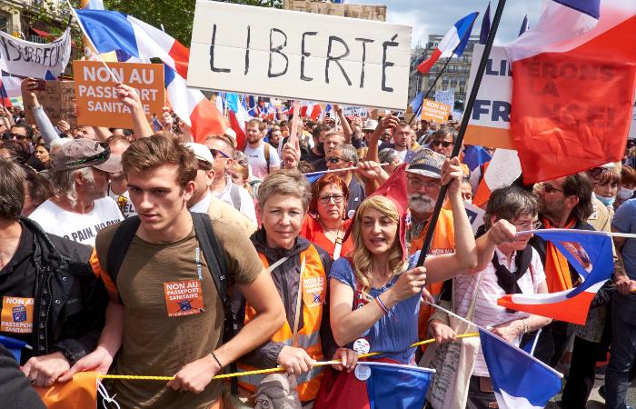 """На акции против """"санитарных паспортов"""" во Франции вышли свыше 200 тыс. человек"""