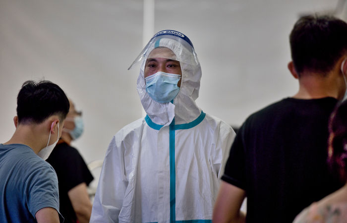 Власти КНР заявили, что остановить распространение COVID-19 пока не удается