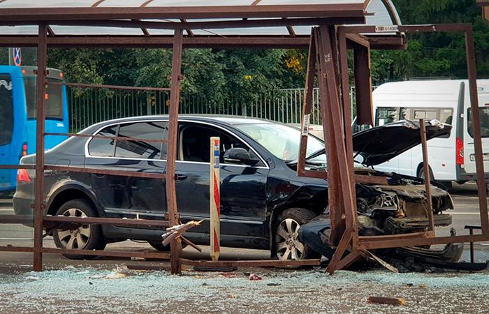 В Москве женщина попала в реанимацию из-за вылетевшей на остановку машины