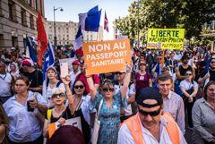 """Во Франции более 200 тыс. человек вышли на акции против """"санитарных паспортов"""""""