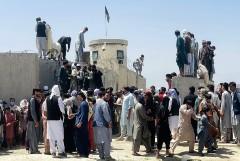 Военный самолет Германии кружит над Кабулом и не может сесть из-за людей на ВПП