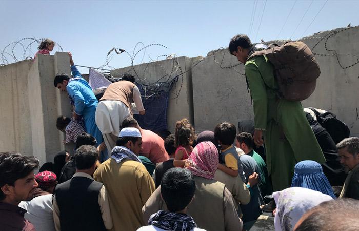 Тысячи людей пытаются прорваться на территорию аэропорта Кабула