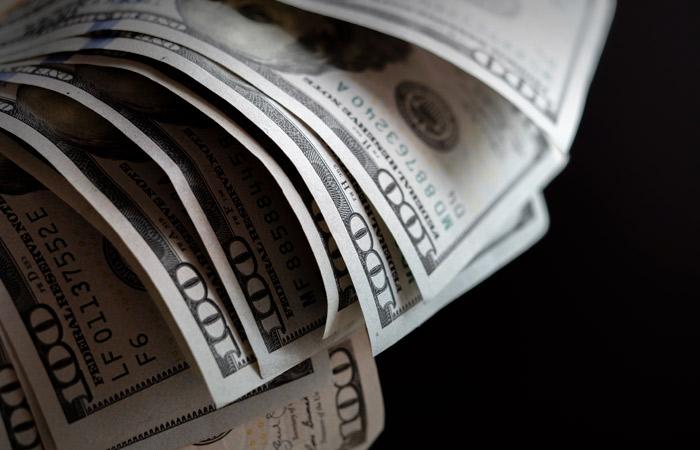 Доллар подешевел на 63 копейки