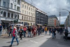 В Берлине тысячи людей вышли на протесты против COVID-ограничений