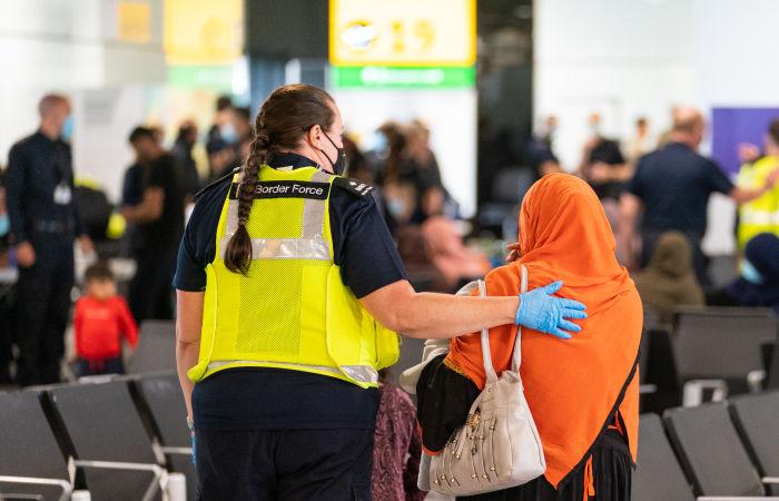 Великобритания предоставит эвакуированным афганцам право бессрочного проживания