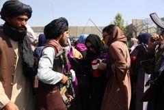 Талибы применили слезоточивый газ на акции за права женщин в Кабуле