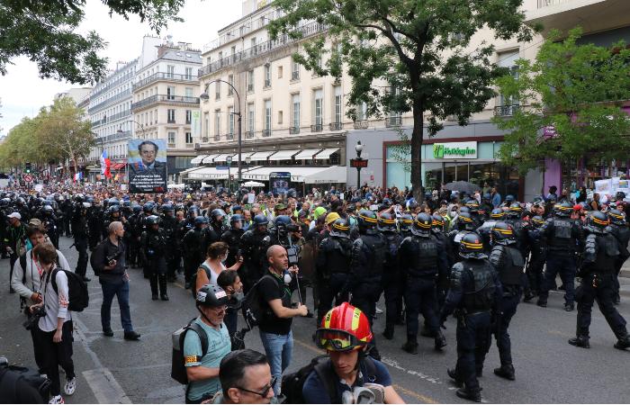 """На улицы Франции вышло около 121 тыс. противников """"санитарных паспортов"""""""