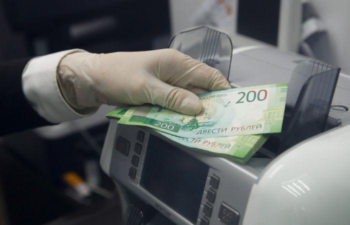 Рубль в понедельник утром слабо подрастает к доллару и евро вслед за нефтью