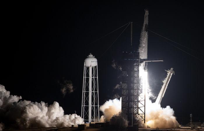 SpaceX запустила на орбиту корабль с коммерческим экипажем