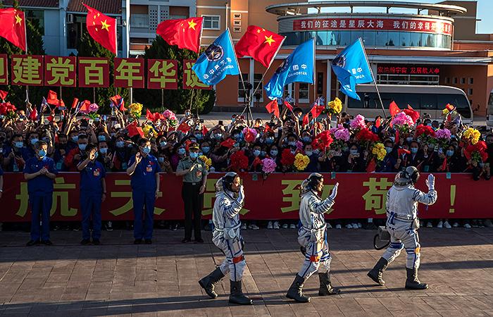 """Экипаж """"Шэньчжоу-12"""" вернулся на Землю с китайской космической станции"""