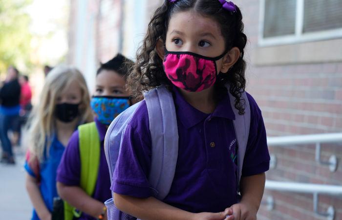 Вспышки COVID-19 зарегистрировали в школах США, где отсутствует строгий масочный режим