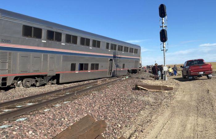 Десятки человек пострадали в результате схода поезда с рельсов в США