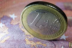Курс евро опустился ниже 85 рублей впервые с 29 июля 2020 года