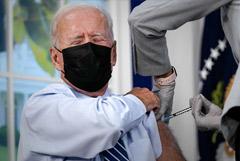 Байден в прямом эфире получил третью дозу вакцины против коронавируса