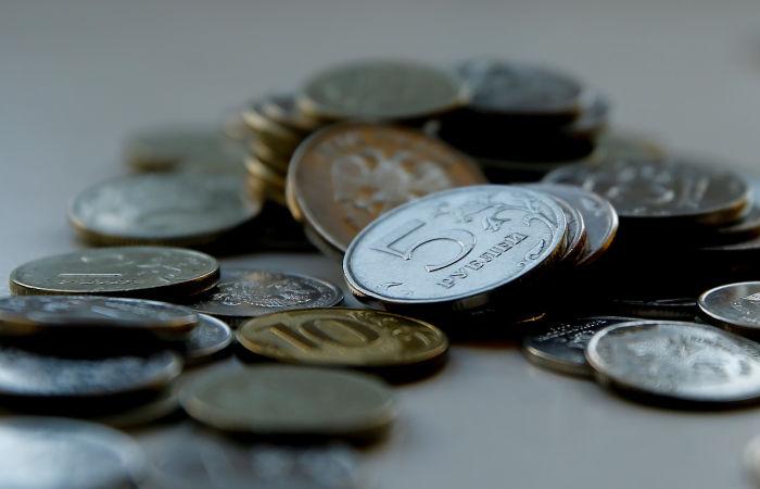 Рубль во вторник утром слегка укрепляется к доллару и евро вслед за нефтью